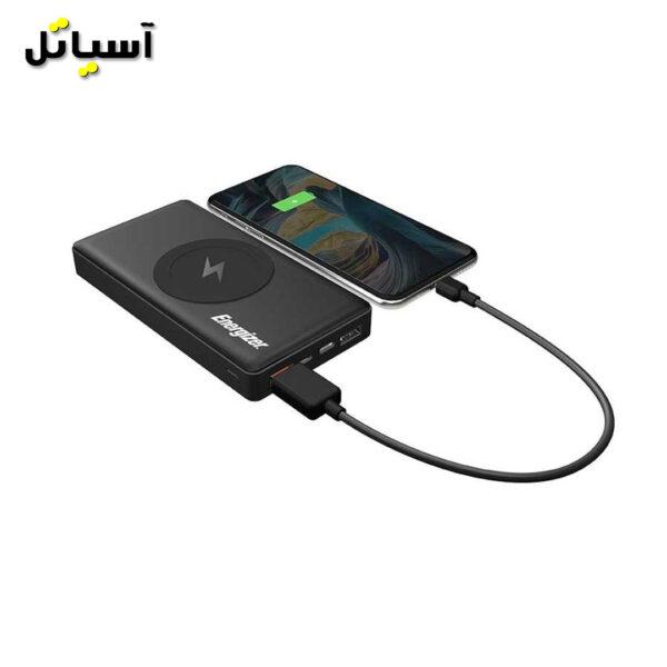 تصویر گوشی موبایل در حال شارژ توسط پاوربانک انرجایزر مدل QE10000CQ مشکی